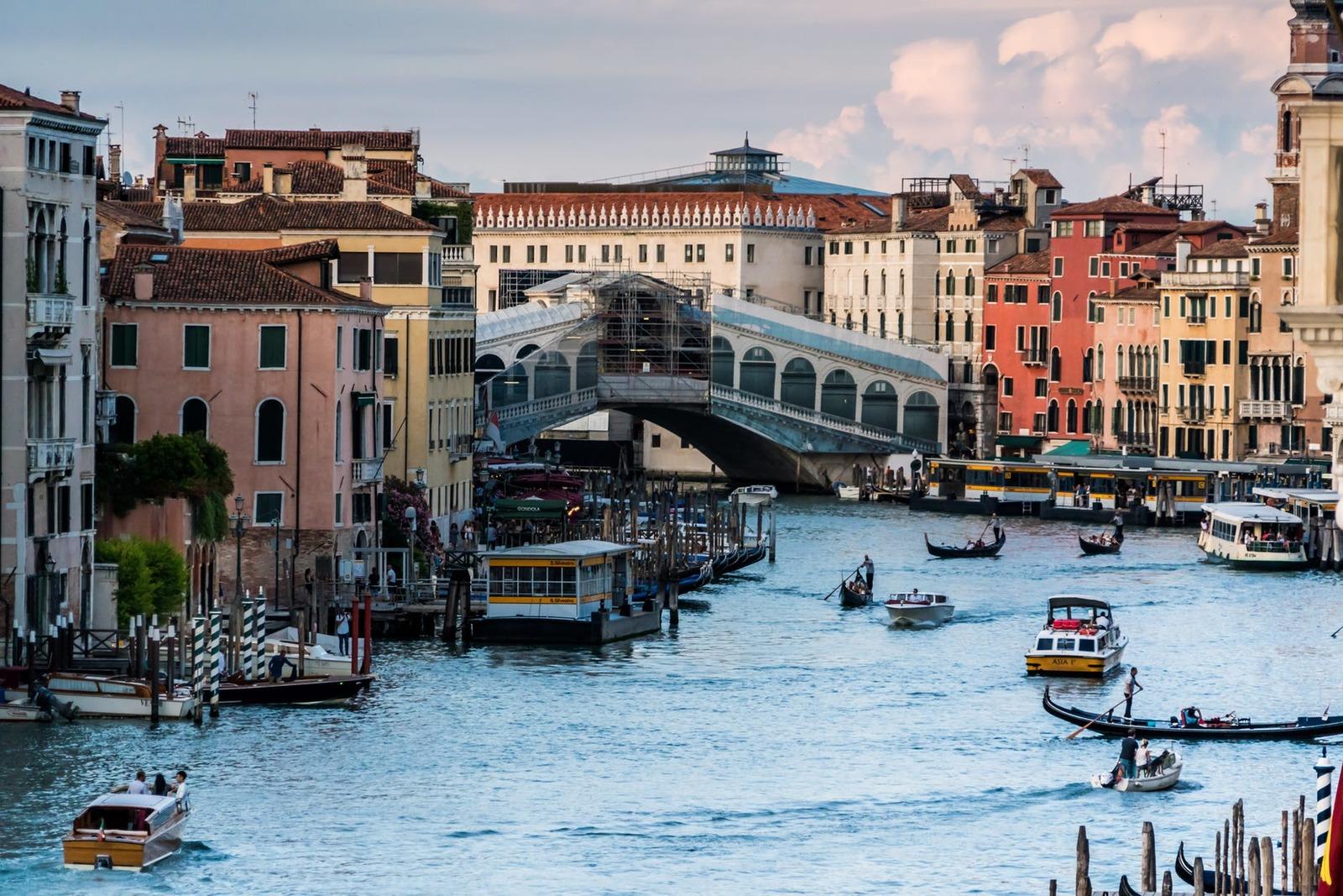 Rialto Bridge – Depicting city's rustic charm